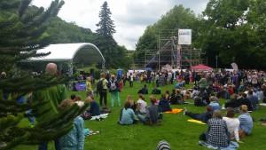Freiburg stimmt ein 2016 - Trotz tagelangem Schmuddelwetter - der Rasen lockt zum Relaxen, Genießen und Zuhören  (fs)