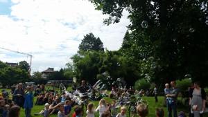 Freiburg stimmt ein 2016 - Im Stadtgarten der Seifenblasenonkel - umringt von Kindern (fs)